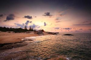 soluppgång på öde strand foto