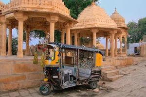 dekorerad tuk-tuk parkerad vid Gadi Sagar-templet, Jaisalmer, Indien foto