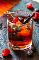 vacker ljus cocktail med hallon på bakgrund foto