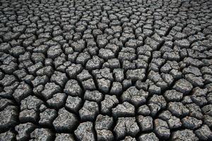 bakgrund av torr sprucken jordsmuts foto