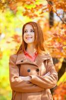 rödhårig tjej i höst parkerar foto
