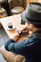 kontrollerar hans smartwatch foto