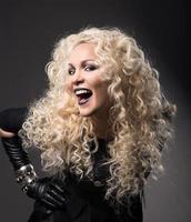 kvinna blonda lockiga hår, förvånad med öppen mun, vacker porträtt foto