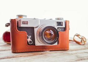 vintage gammal kamera på träbord foto
