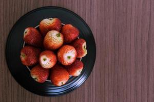 skål jordgubbar foto