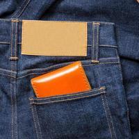 blå jeans med blank läderetikett foto