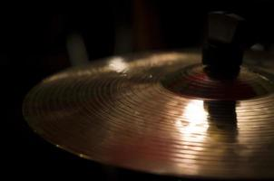 närbild av guld cymbal foto