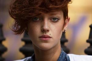 porträtt av hipster flicka med läpp piercing foto