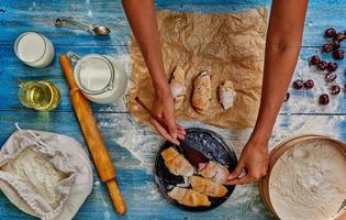kockkvinna lägger bagels redo foto
