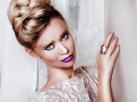 porträtt av vacker blond kvinna foto