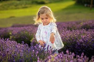 söt flicka i ett lavendelfält foto