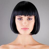 vacker kvinna med skott frisyr foto