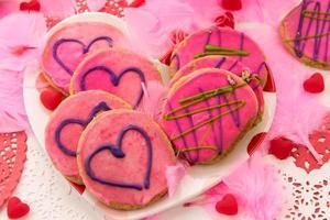 alla hjärtans dag - dekorationer och kakor med rosa glasyr och foto