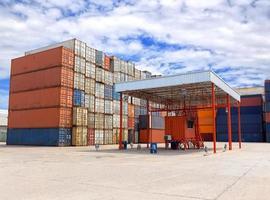 containerlådor staplas på plats för transport foto
