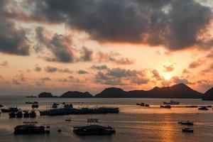obebodda öar i södra Kina havet vid solnedgången foto