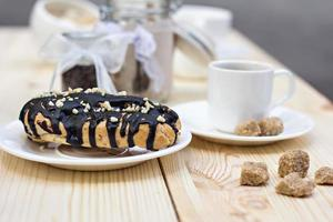 chokladkaka (eclair). profiteroles med chokladkräm foto