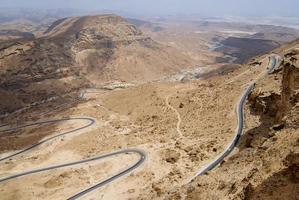 slingrande bergsväg från al mukalla till aden i jemen.
