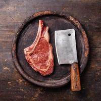 rått kött och köttklyver foto