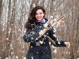 vacker flicka i skogen foto
