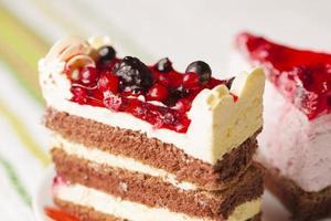 tårta med skogliga frukter foto