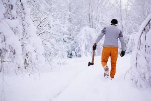skogshuggare går i en snöig skog foto