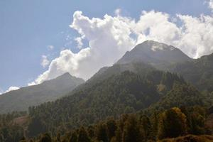 vackra kaukasiska berg med rika skogar foto