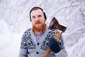 skogshuggare i den snöiga vinterskogen foto