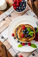 pannkakor med skogsfrukt och mynta foto