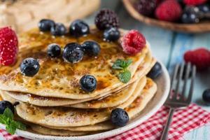 utsökt sommarfrukost med färsk skogsfrukt foto