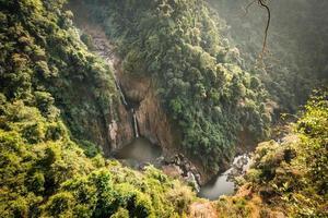 haew narok, djup skog vackert vattenfall vid Thailand