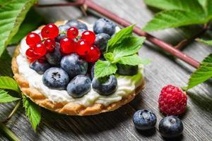 skogsmuffin med bärfrukter foto