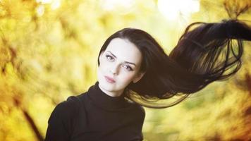 vacker kvinna i höstskog