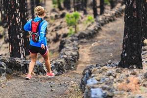 spår för ung kvinna i skog foto
