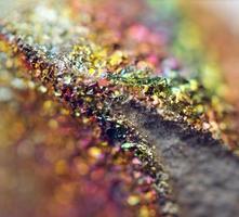 fantastisk bakgrund, magi av en sten, regnbåge i metallrock foto