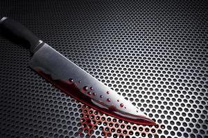 blodig kökskniv på en metallrist foto