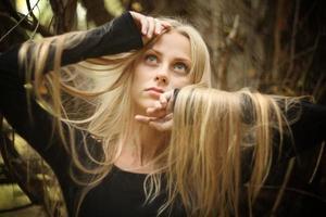 vacker ung flicka i höstskogen foto