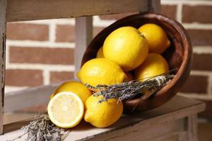 stilleben med färska citroner och lavendel foto
