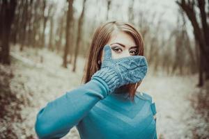 ung söt flicka utomhus i skogen foto