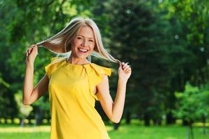 glad kvinna i skogen foto