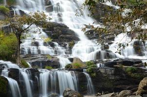 vattenfall i höstskogar foto