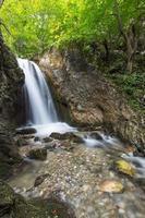 vackra vattenfall i skogen