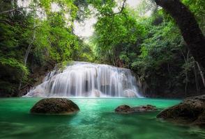 vattenfall i tropisk skog. vacker natur bakgrund foto