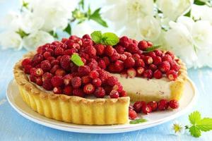 tårta med skogsjordgubbar och mascarpone kräm. foto