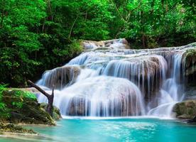 djupt skogsvattenfall vid Erawan National Park