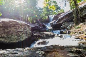 tropiskt vattenfall i regnskog foto