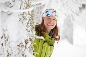 vacker kvinna poserar i frusen vinter skog foto