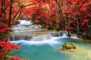 vackert djupt skogsvattenfall, huay mae khamin, kanchanaburi,