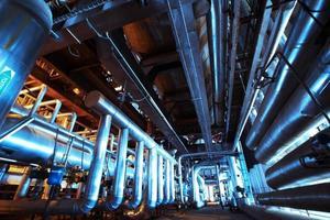 industriområde, stålrörledningar i blå toner foto