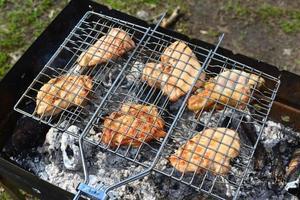 grill kyckling över öppen eld på sommaren