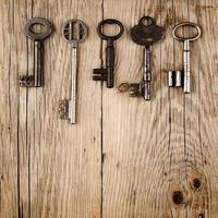 vintage nycklar på trä foto